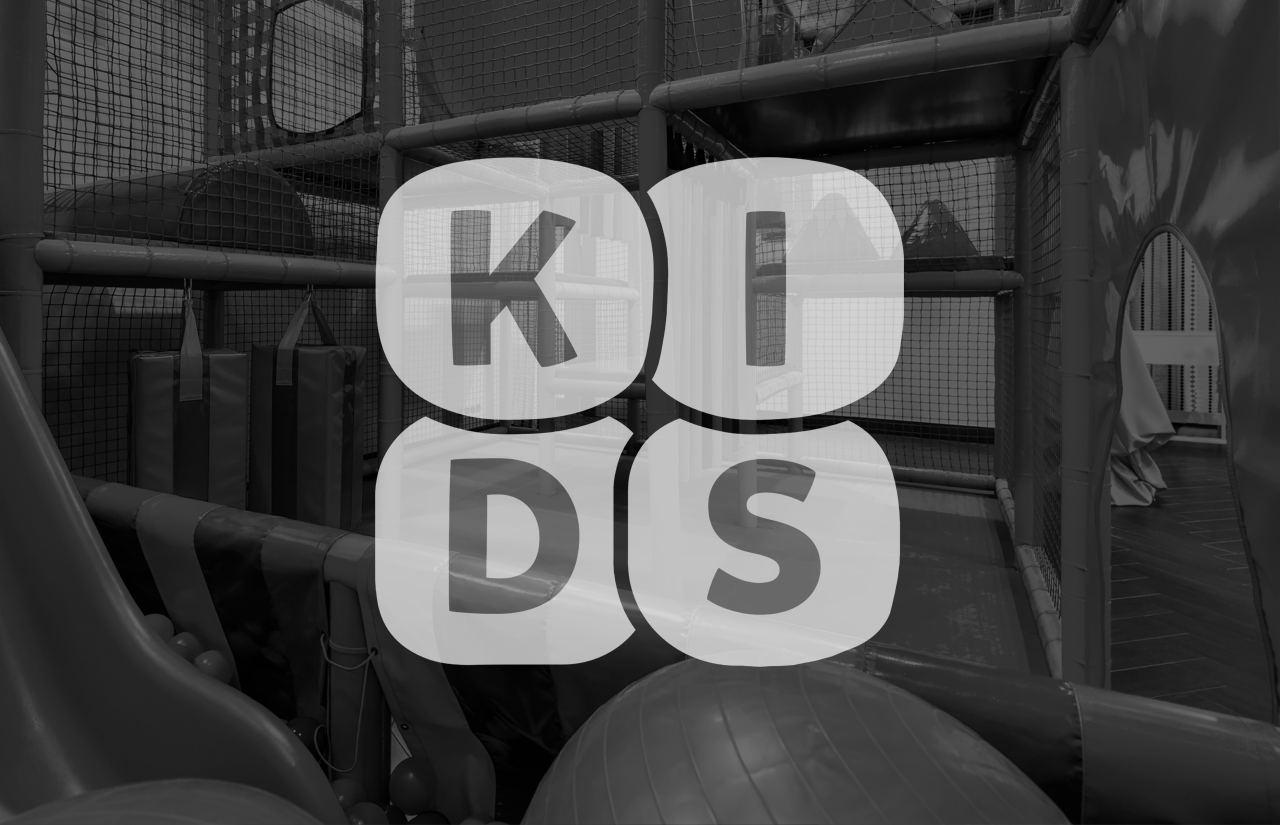 Zwei Kinder im Bällebad mit Kidsdabei-Logo