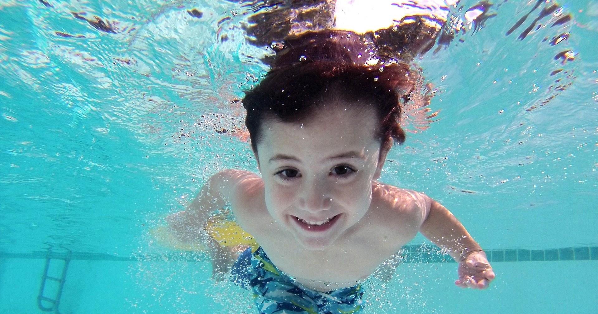Ein Kind im Schwimmbad bzw. Hallenbad
